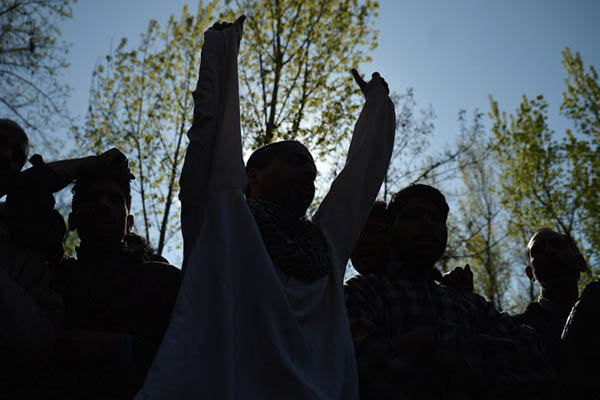 In This Photograph Taken On April 13, 2016, Kashmiri Villagers Shout Pro-freedom Slogans During The Funeral Of 70 Year-old Raja Begum In Langate Near Handwara. Senior Police Officers Say Locals' Efforts To Help Militants -- By Putting Themselves In Harm's Way -- Is A Worrying Recent Development In The Decades-long Insurgency In The Disputed Himalayan Territory. / AFP PHOTO / TAUSEEF MUSTAFA / TO GO WITH AFP STORY INDIA-KASHMIR-PAKISTAN-UNREST,FOCUS BY PARVAIZ BUKHARI